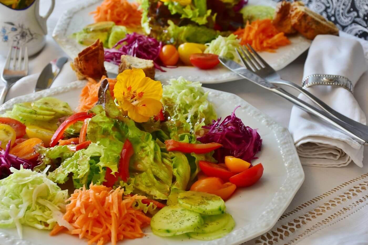 Farbenfroher Rohkost-Teller mit Gemüse-Salat, der zum genüsslichen Essen einlädt