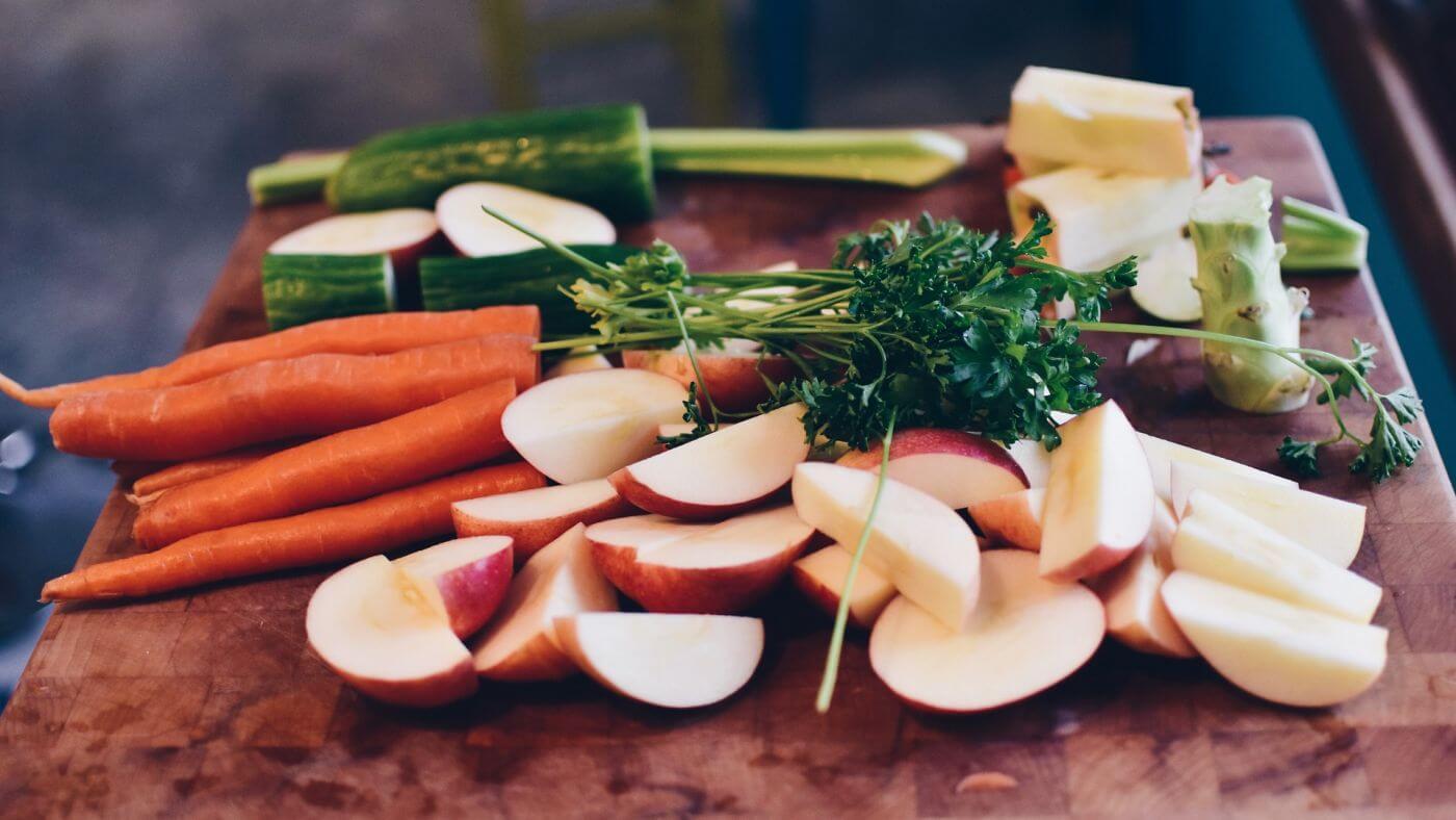 Karotten Äpfel Petersilie Gurke Brokkoli. Rohkost in Vorbereitung für eine Mahlzeit.