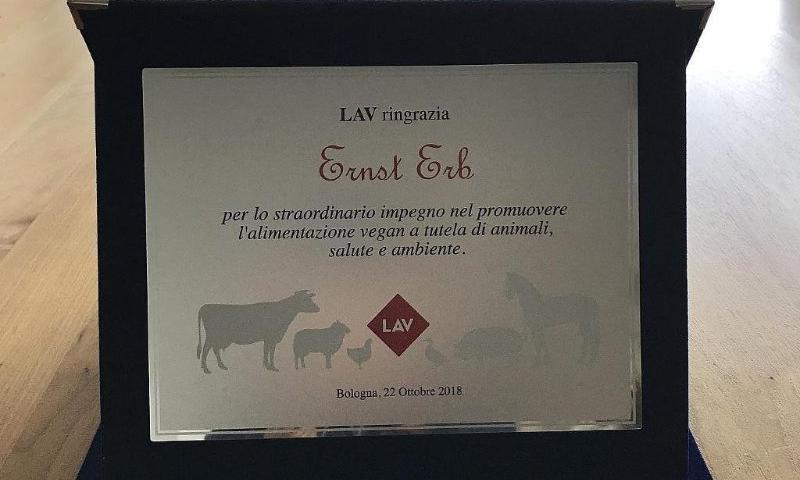 Foto der Auszeichnung des LAV an Ernst Erb für sein Engagement zugunsten der veganen Ernährung.