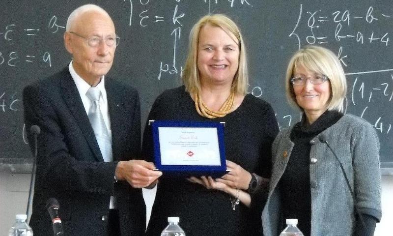 Ernst Erb nimmt die Auszeichnung des LAV an der Uni Bologna entgegen